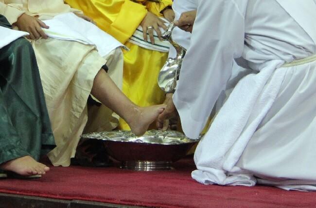 lavatorio de pies en celebración del jueves santo