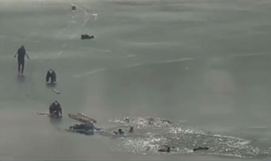 policias rescatan a cuatro personas del hielo en Ucrania