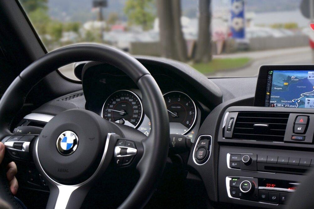 Joven ladrón termina aplastado por un auto BMW mientras intentaba robarle una pieza