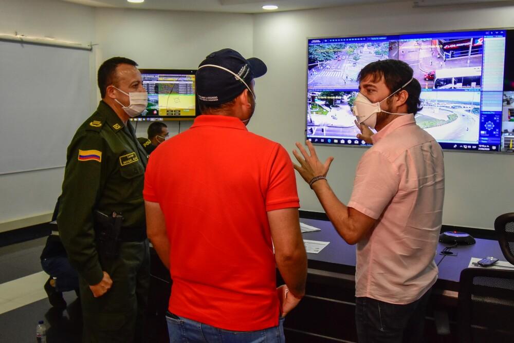 369201_BLU Radio //El caldalde Jaime Pumarejo visitó el Puesto de Mando Unificado// Foto: Alcaldía