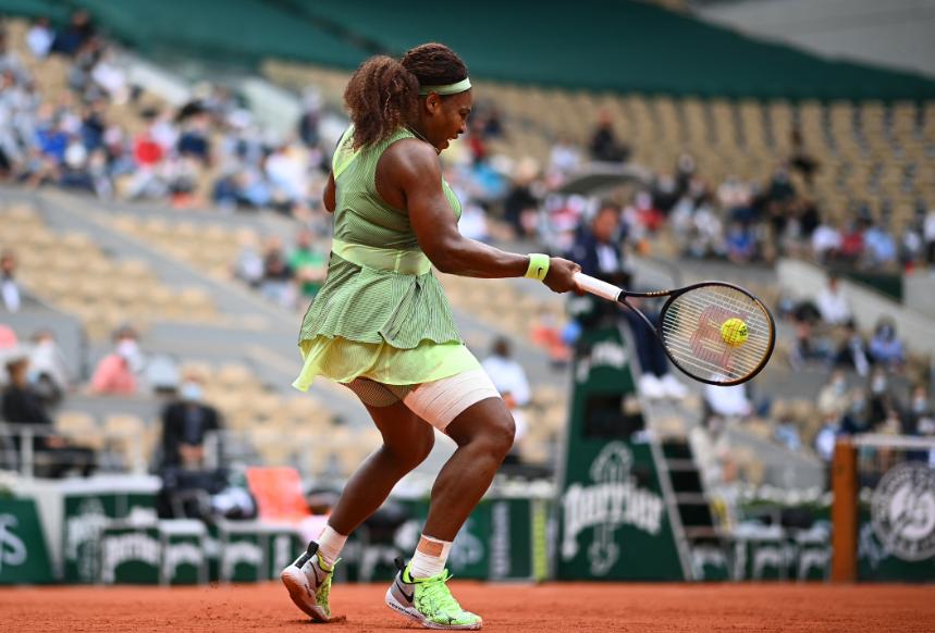 Serena Williams clasificó a octavos de final de Roland Garros.