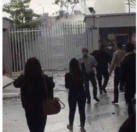 Protestantes intentaron ingresar a las instalaciones de RCN.JPG