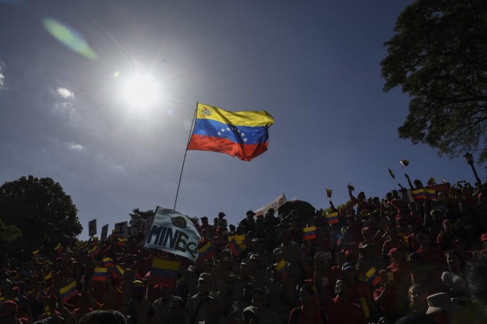 Así se dio tremendo totazo un candidato chavista mientras daba un discurso en Venezuela
