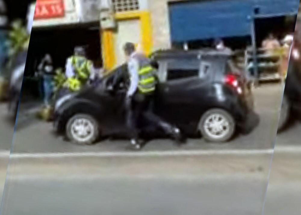 conductor tratado de atropellar a dos agentes de transito en cali.jpg