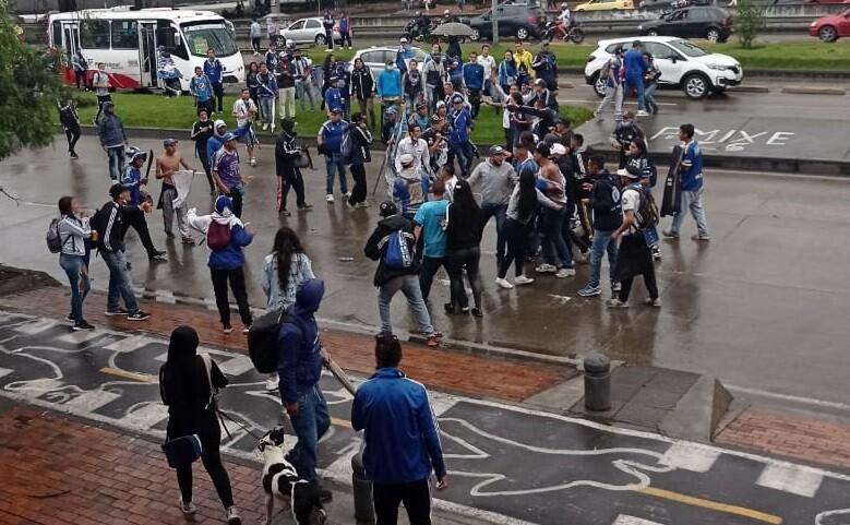 Enfrentamientos entre hinchas a las afueras del estadio El Campín.jpeg
