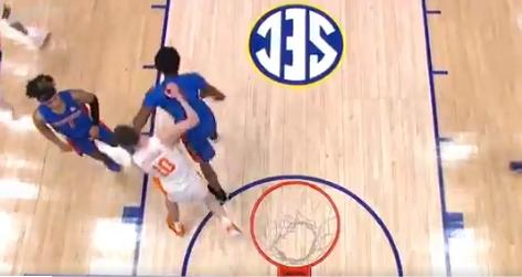 Omar Payne le dio dos codazos a John Fulkerson en un juego de baloncesto.
