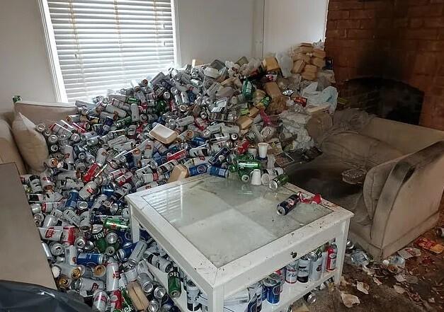 Inquilino irresponsable dejó mas de 8 mil latas de cerveza tras ser desalojado de un apartamento