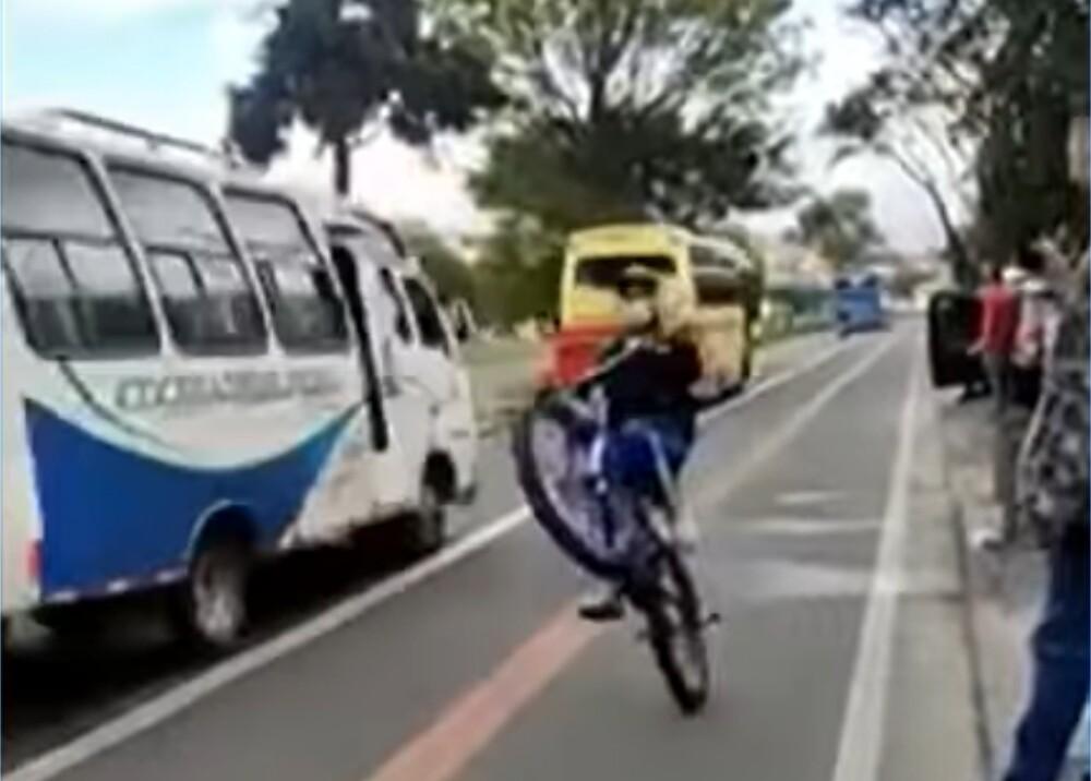 joven se lanza a los carros con su bicicleta en plena vía de Bogotá Foto captura de video.jpg
