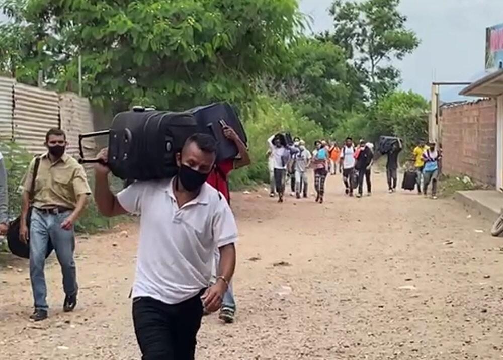 migrantes venezolanos cruzando las trochas con Cucuta.jpg