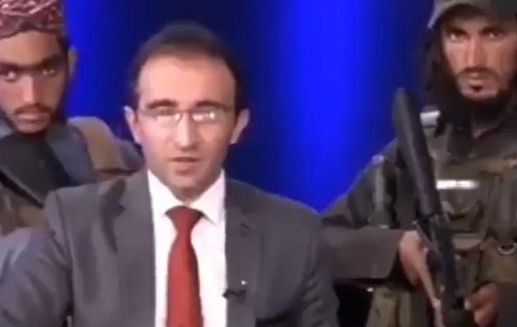 Talibanes armados con fusiles rodearon a periodista en Afganistán durante transmisión en estudio