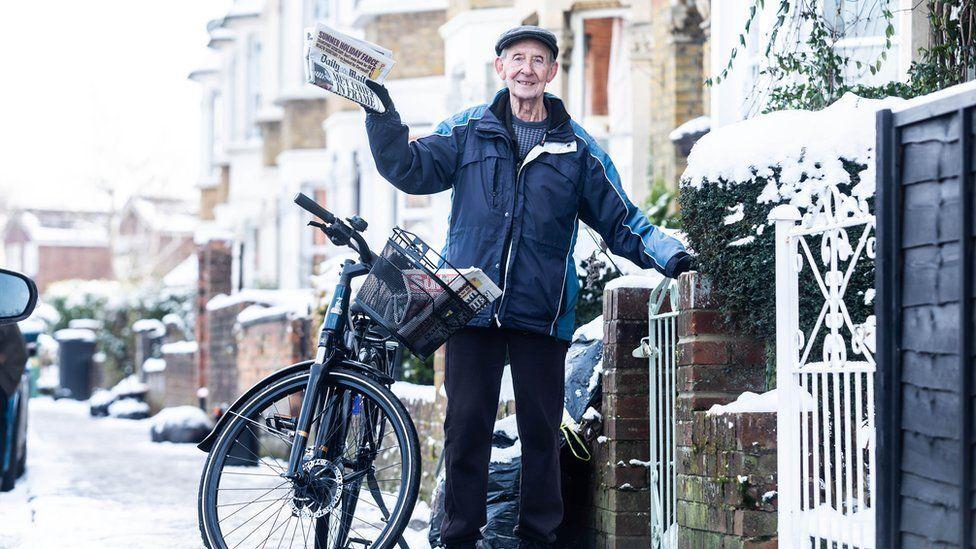 George-Bailey-el-repartidor-de-periódicos-que-recibió-bicicleta-eléctrica