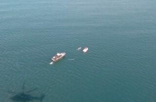 Salvan a hombre desnudo en el mar