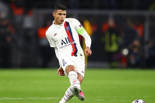 332124_Thiago Silva en acción de juego con el PSG, de Francia