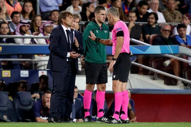 322185_Antonio Conte junto al árbitro Damir Skomina