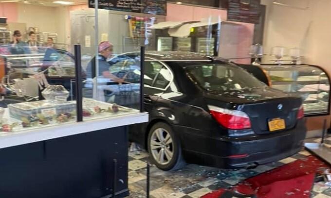 Mujer chocó contra una panadería