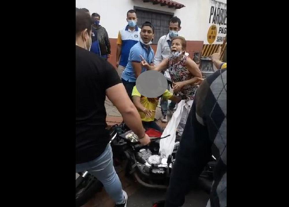 foto golpeados ladrones bucaramanga.png