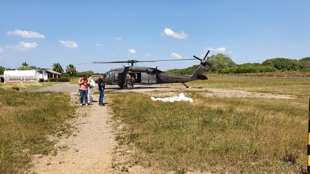 353049_Los cuerpos de dos de las víctimas fueron trasladados en helicóptero. /Foto suministrada NP Noticias