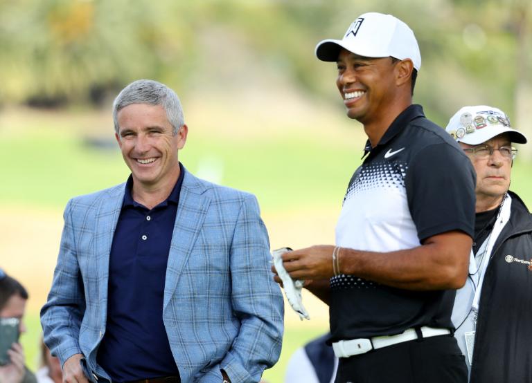 Jay Monahan y Tiger Woods en un torneo de golf.