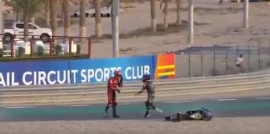 Jeremy Alcoba y John McPhee se fueron a los golpes en carrera de Moto3.