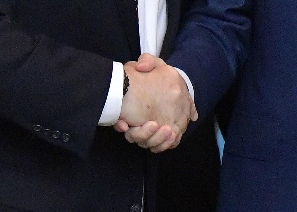 Estrechón de manos
