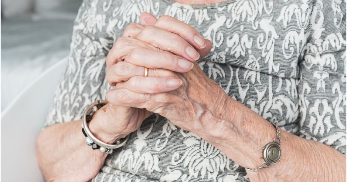 ¿A qué edad las mujeres comienzan a tener el llamado 'aroma de abuelita'?