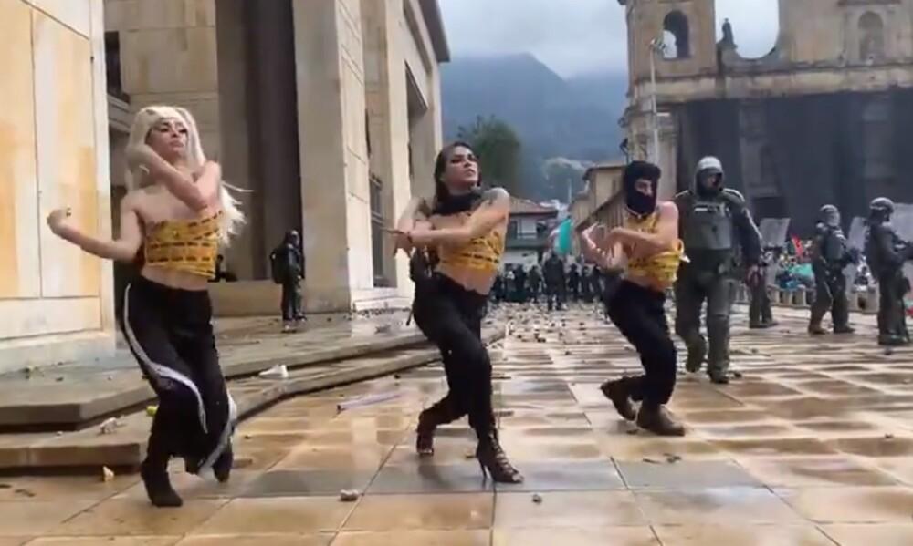 Vogueras bailando en la Plaza de Bolívar