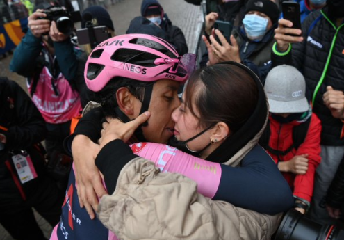 Egan Bernal y María Fernanda Motas tras la etapa 16 del Giro de Italia.