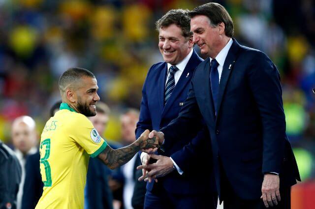 333567_Dani Alves y Jair Bolsonaro