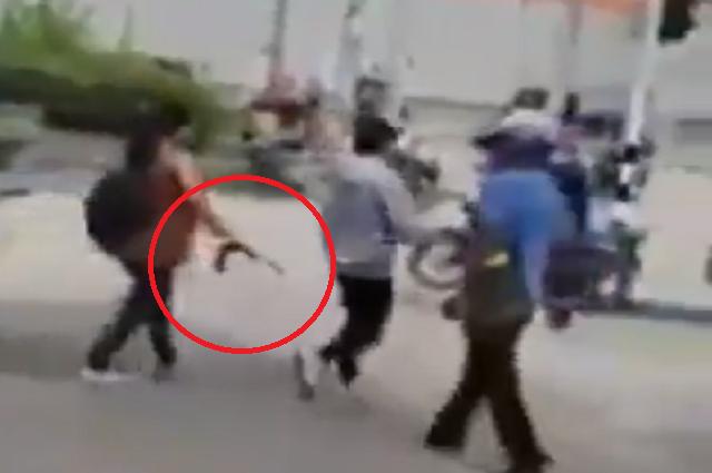 madre sacó a su hijo de una manifestación en Malambo a correazos.PNG