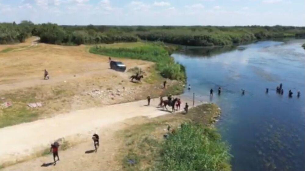 Agresión de agentes fronterizos a migrantes haitianos en Texas.jpg