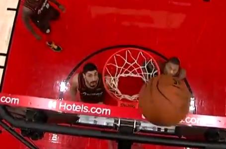 Stephen Curry hizo curioso lanzamiento en juego de la NBA.