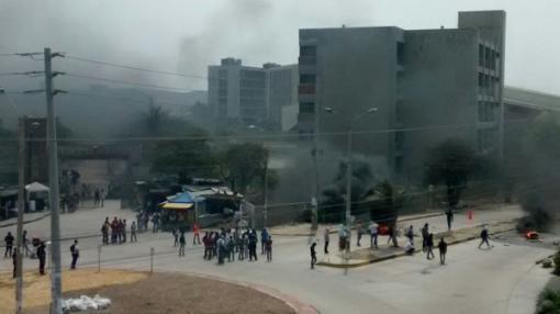 25055_Las protestas duraron cerca de tres horas en las afueras de la universidad. Foto: twitter @andgregory1992