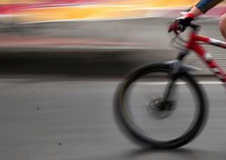 Indignante video en el que intentan hacer caer a un ciclista en movimiento