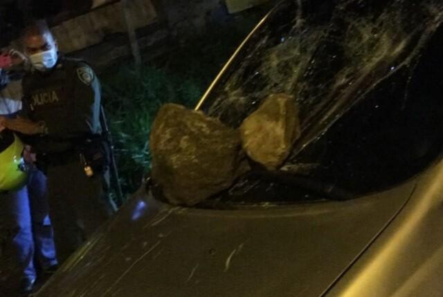 así quedó carro atacado a piedra tras robo en Medellín.