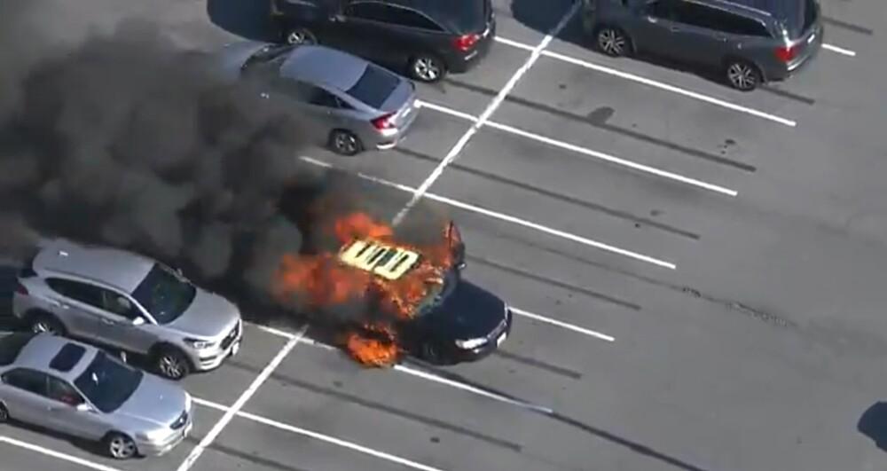 Vehículo en llamas después de su conductor usara gel antibaterial mientras fumaba un cigarrillo