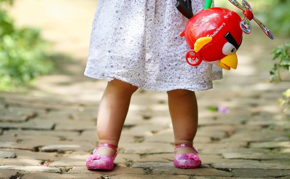 Muere niña de 2 años tras ser golpeada por un objeto que salió volando de un vehículo
