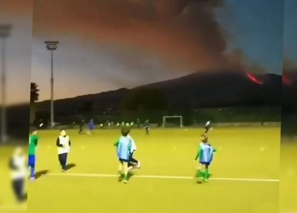 erupción de volcan con niños de fondo.jpg