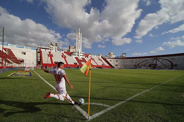 333016_Acción de juego del fútbol argentino, sin público.