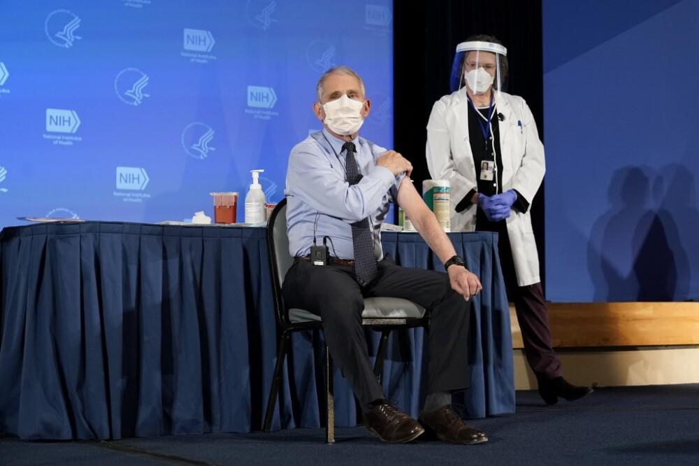 Anthony Fauci se vacuna contra COVID-19