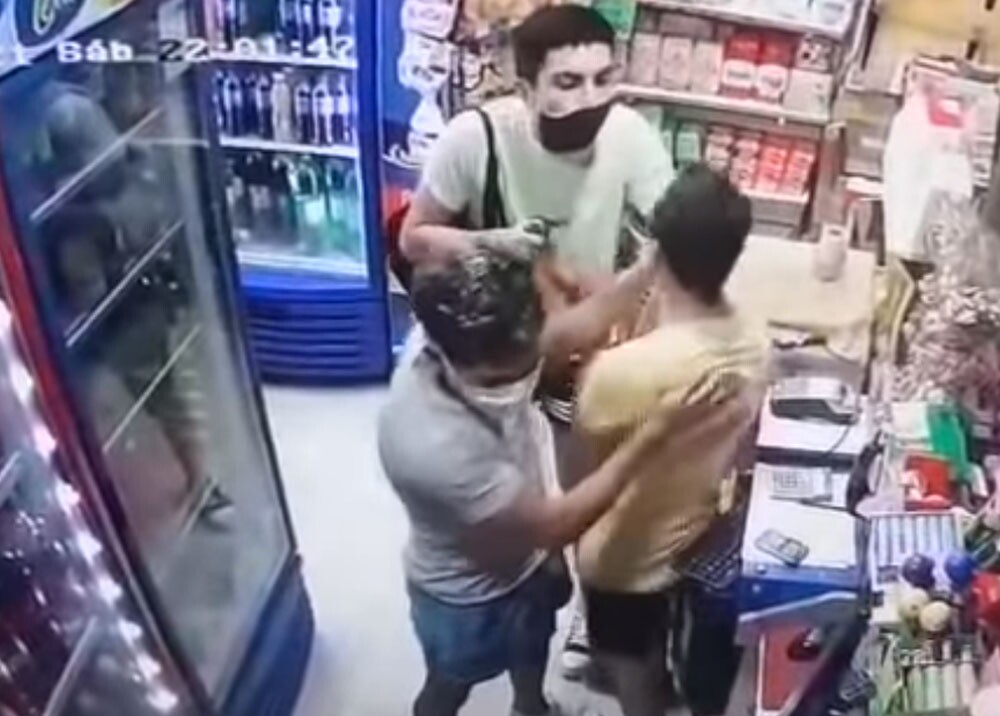 ladrones que dieron beso a sus víctimas durante atraco.jpg