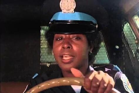 Marion Ramsey representando a la sargento Hooks