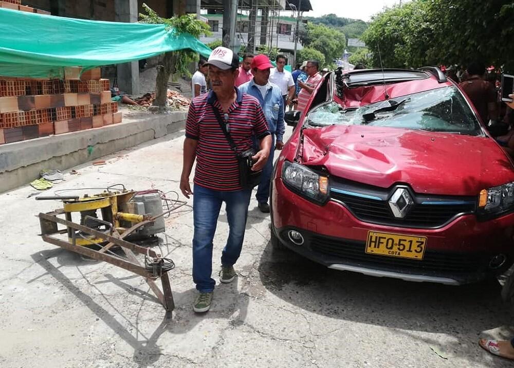 345259_BLU Radio. Ladrillos cayeron sobre un carro en Santander / Foto: suministradas