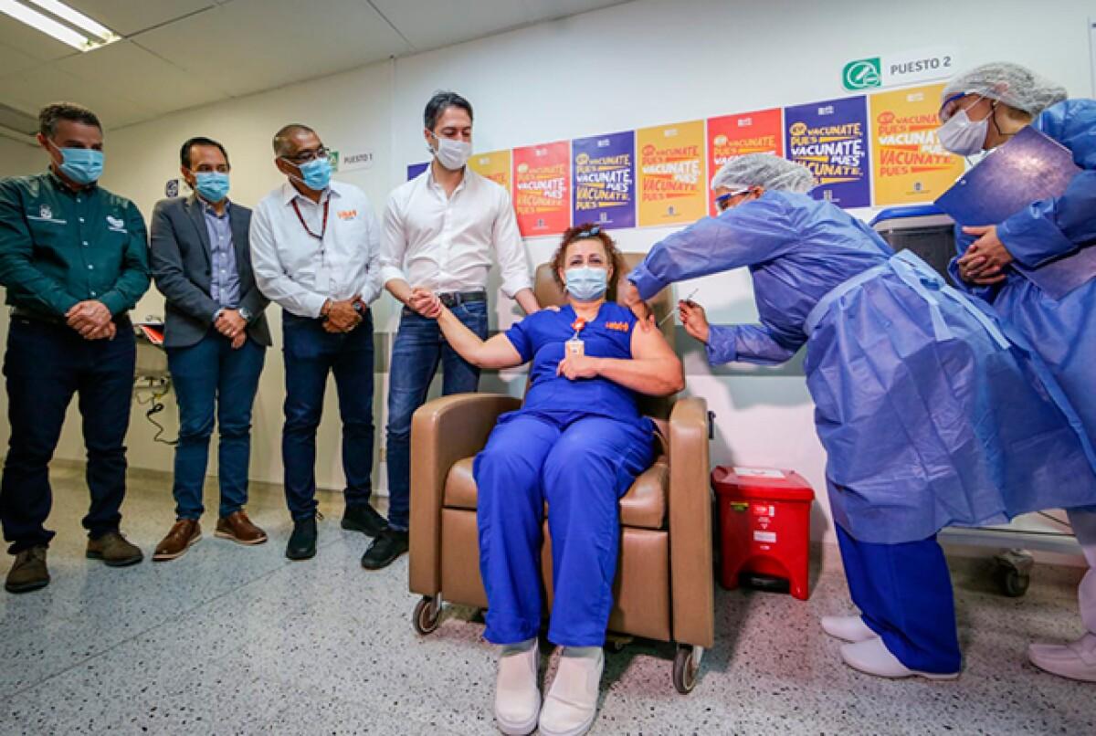 alcalde-daniel-quintero-en-inicio-de-vacunacion-en-medellin.jpg