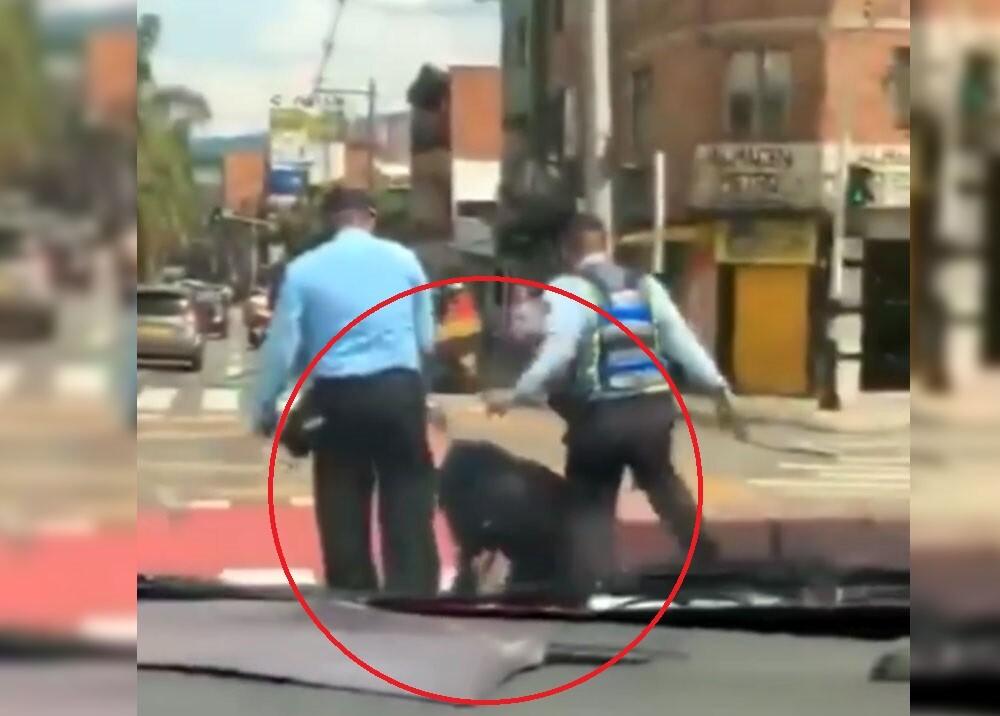 agentes golpeando a joven en antioquia.jpg