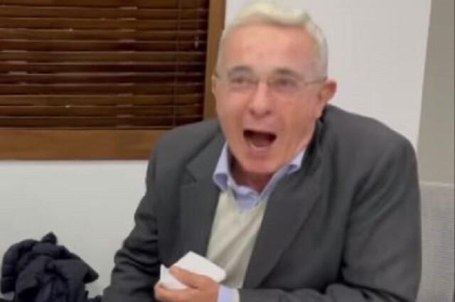 Lado gracioso de Álvaro Uribe con Epa Colombia