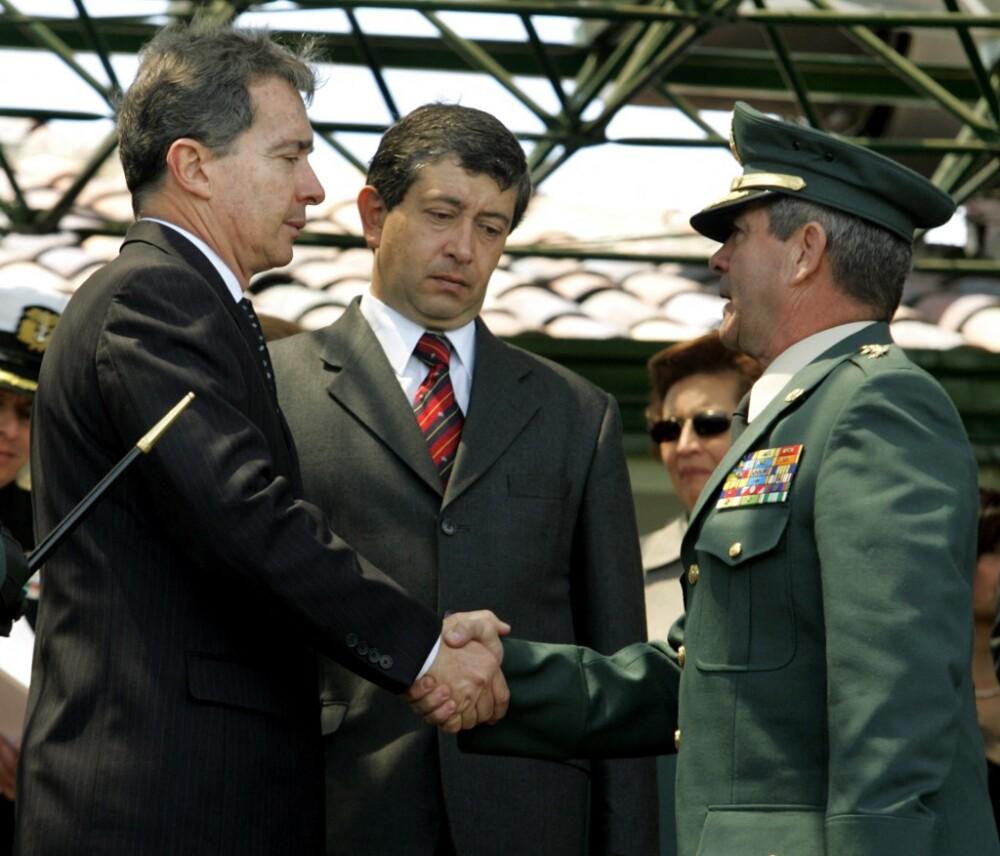 Álvaro Uribe, el exministro de Defensa Camilo Ospina y el general Mario Montoya en 2006