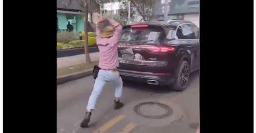 Manifestantes atacaron carro que atropelló a una mujer en Bogotá.JPG