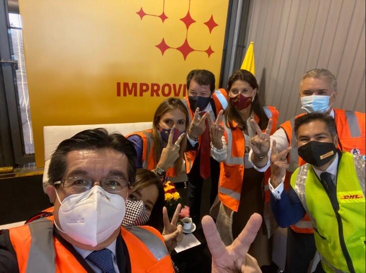 foto de momento historico de vacunas colombia.jpeg