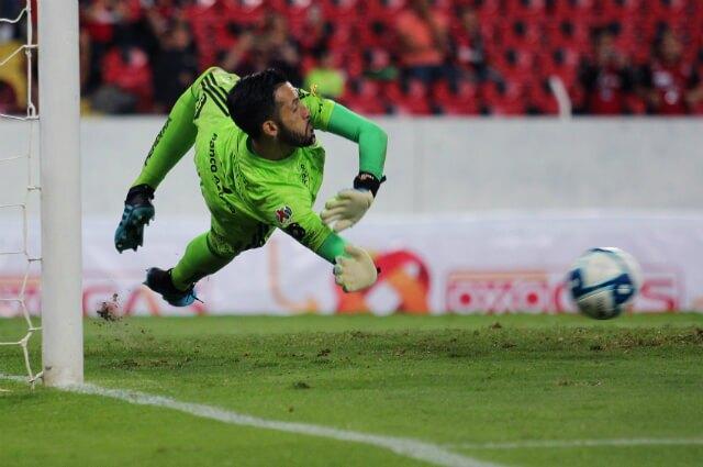 321815_Camilo Vargas atajando penalti