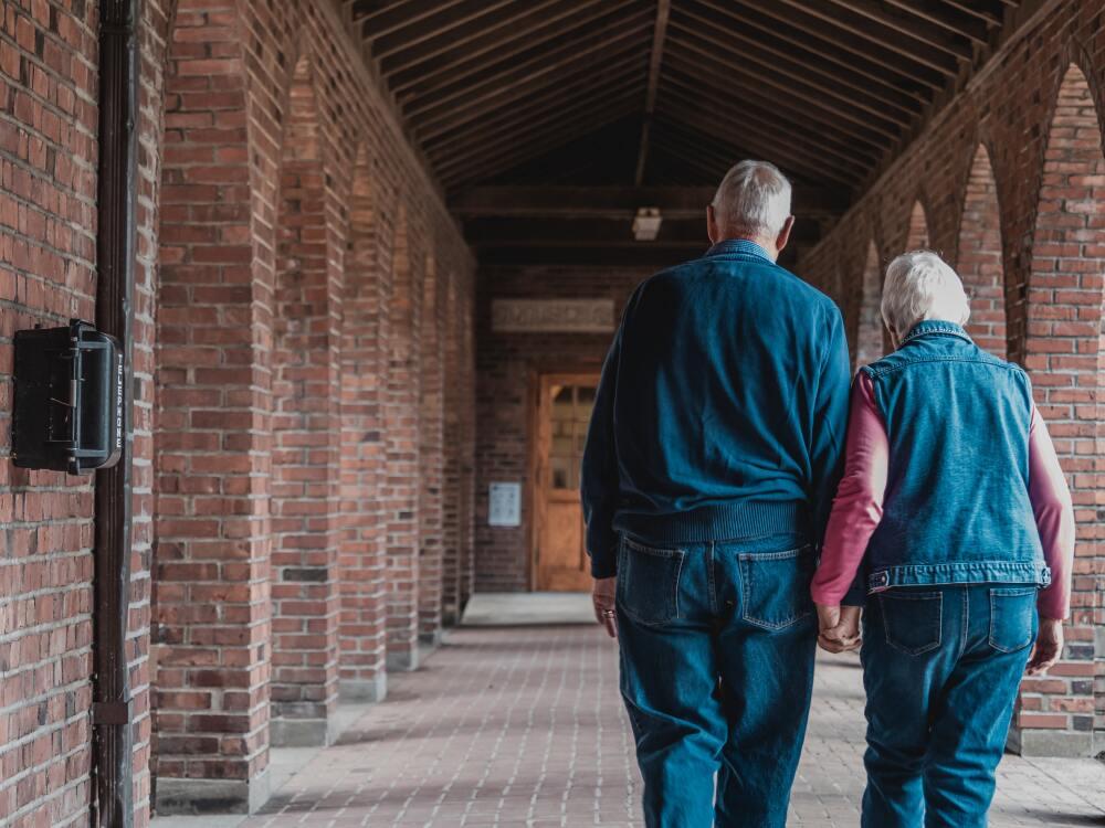 Abuelo propone matrimonio a su esposa con alzhéimer todas las semanas